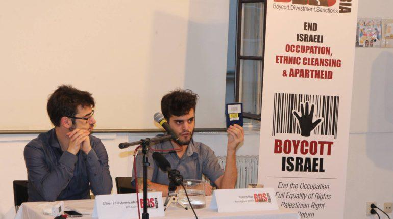 Renen Raz zeigt seinen von israelischen Behörden markierten Reisepass